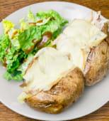 Patate, poulet rôti, fromage à raclette et crème fraîche