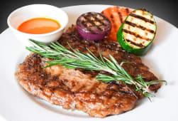 Філе яловичини з овочами гриль з соусом Паприка (440г)