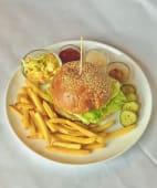 Бургер курячі стріпси з картоплею фрі з салатом