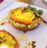 Ovos Benedict do Atlántico com Salmão e Guacamole