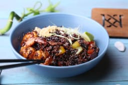 Червоний рис з креветками та овочами (230г)