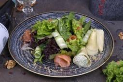 Салат з лососем, міксом салатів, сиром Надугі з м'ятою (225г)