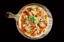 Pizza de berenjena con cebolla caramelizada