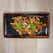Bistec chino servido en plancha caliente