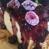 Tarta de queso con mermelada de frutos del bosque