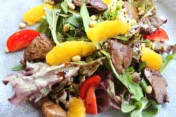 Теплий салат з печінкою курячою та кедровими горішками (200г)
