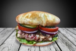 Hamburger umplut cu bacon si cascaval.