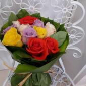 Buchet 11 trandafiri multicolori invelit cu ambalaj asortat