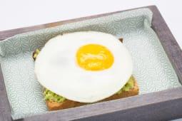 Double Avocado Toast al salmone con uovo occhio di bue