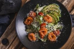 Салат зі слабосолоним лососем (210г)