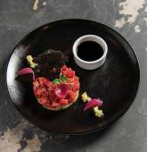 Tartar de ton rosu cu sos de soya, castraveti in osmoza si ceapa dulce