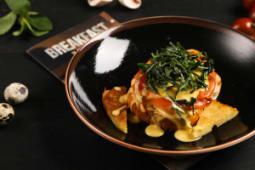 Яйцо рояль с лососем шпинатом и голландским соусом