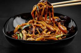 Noodles la wok cu legume