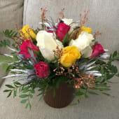 Aranjament floral cu trandafiri in vas ceramic