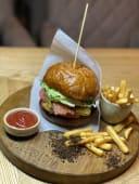 Бургер з куркою, медово-гірчичним соусом та картоплею фрі (440г)