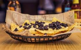 Nachos con salsa de queso y frijoles