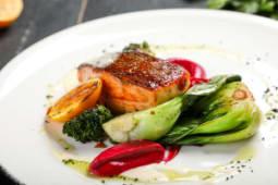 Филе лосося с листьями Пак-Чой и обожженной брокколи