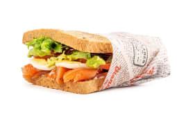 Sandwichaco de salmón, huevo y mezclum