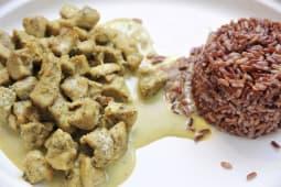 Dadini di pollo al curry con riso integrale rosso