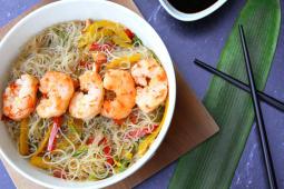 Wok de fideos de arroz y langostinos