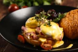 Яйцо Бенедикт на булочке с ветчиной и голландским соусом