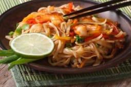Soba con pesce e verdure alla piastra