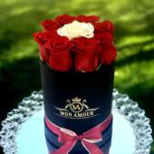 Trandafiri rosii si albi in cutie rotunda neagra