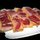 Tosta de pan con salmorejo y jamón ibérico