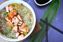 Wok de fideos de arroz y salmón