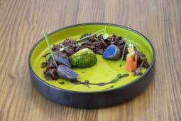 Desmigado de carrillada de ternera y salsa al chocolate