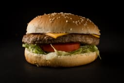 4 hamburguesas grandes + 2 papas grandes