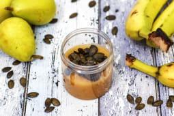 Mini bowl di pere estive e platano con semi di zucca