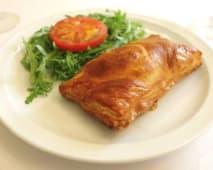 Folhado de Vegetais sobre Alface e Vinagrete com Batata Chips