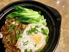 Cazuela de arroz con huevo frito y salsa a la pimienta negra