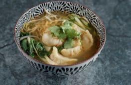 Легкий суп з локшиною та дамплінгами з морепродуктів (400г)