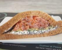 7. Salmone affumicato, avocado, semi di papavero e creamcheese