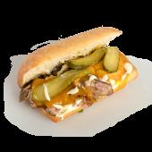 Sandwich cu pui, castraveti murati si branza cheddar