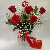 6 rosas rojas con bombones y jarrón de cristal