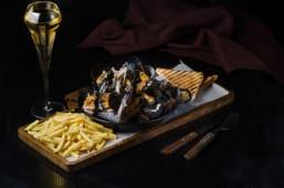 Вершкові мідії з тостами та картоплею фрі
