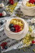 Pavlova cu crema de fistic si fructe