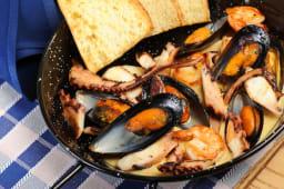 Пательня морепродуктів в сирному соусі з пікантним чорізо (350/50г)