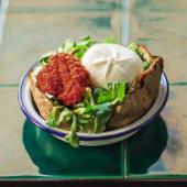 Burrata, valeriana e crema di pomodori secchi