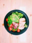 Salată cu piept de pui cald și avocado