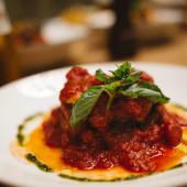 Berenjena a la parmigiana rellena de butifarra