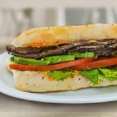 Sándwich de roast beef  en pan lápiz