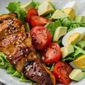 Salată-mix cu pui și avocado
