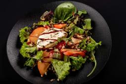 Салат з сиром Камамбер-гриль та сезонними ягодами (250г)