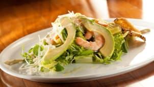 Salada Caesar de Frango com maçã verde e anchovas
