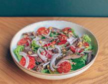 Салат з ніжною телятиною, томатами та гострою заправкою (240г)