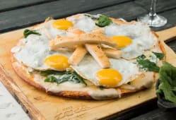Pizza de espinaca y huevo a la chapa